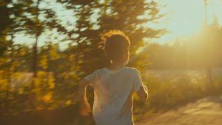 «Он везет свой грузовик»: Короткометража о детстве в девяностые